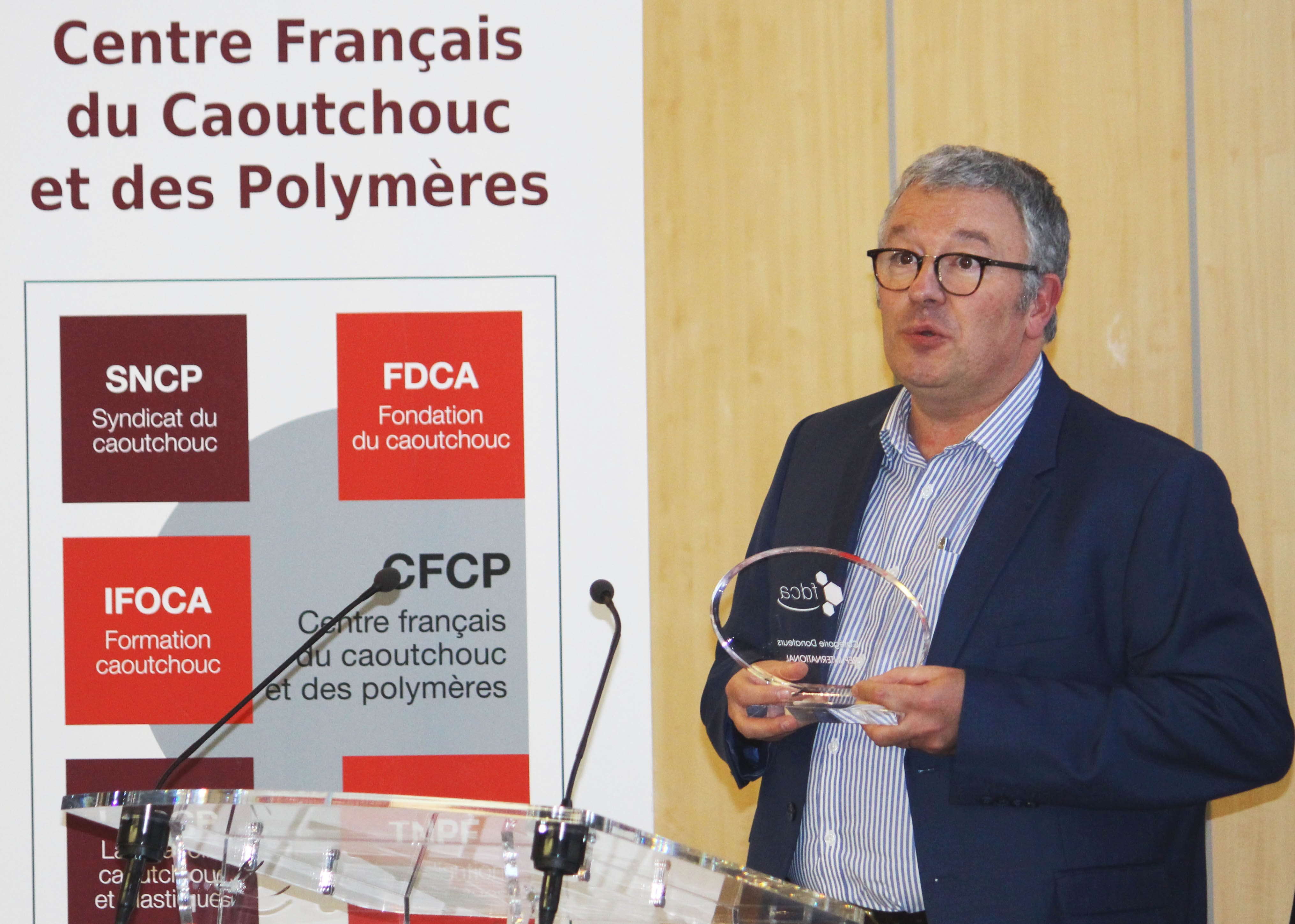 Yves POPPÉ, representative of REP Company, receives the Donor Recognition Trophy